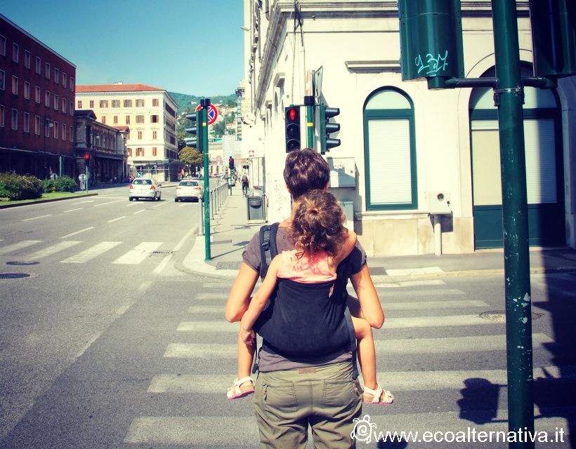 bimba in marsupio toddler a Trieste